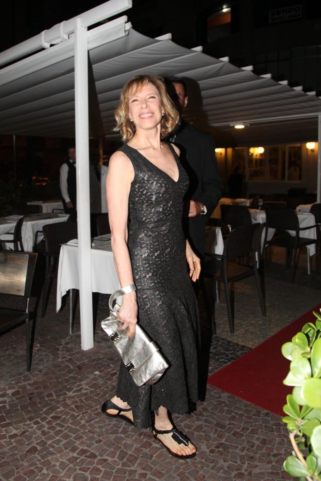 8.dez.2014 - Marília Gabriela chega à comemoração de 79 anos de Boni que reuniu vários famosos em um restaurante em Copacabana, na zona sul do Rio de Janeiro, nesta segunda-feira
