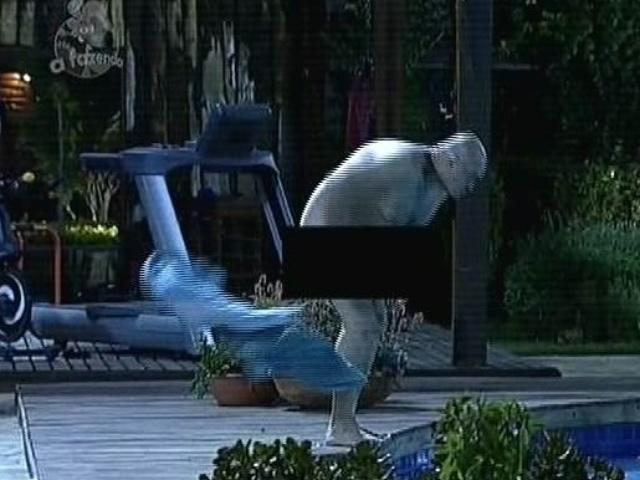 8.dez.2014 - Oscar Maroni pula pelado na piscina de