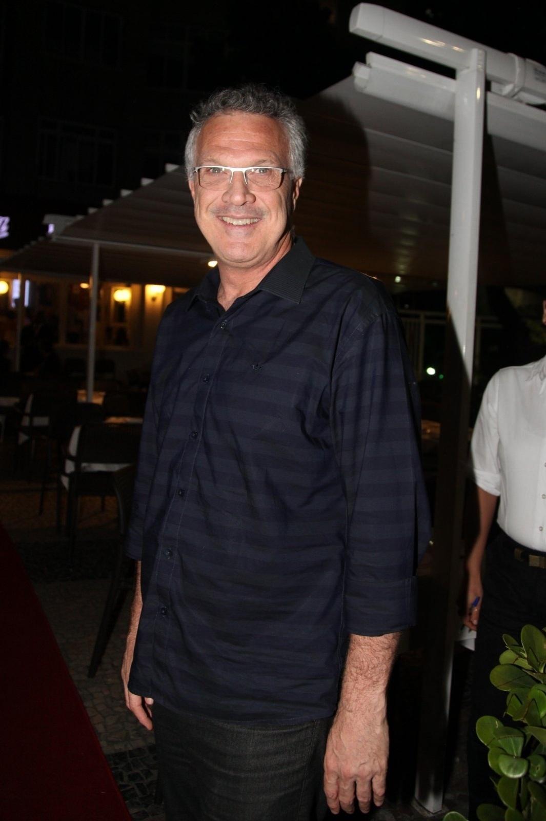8.dez.2014 - Pedro Bial prestigia a comemoração de 79 anos de Boni que reuniu vários famosos em um restaurante em Copacabana, na zona sul do Rio de Janeiro, nesta segunda-feira
