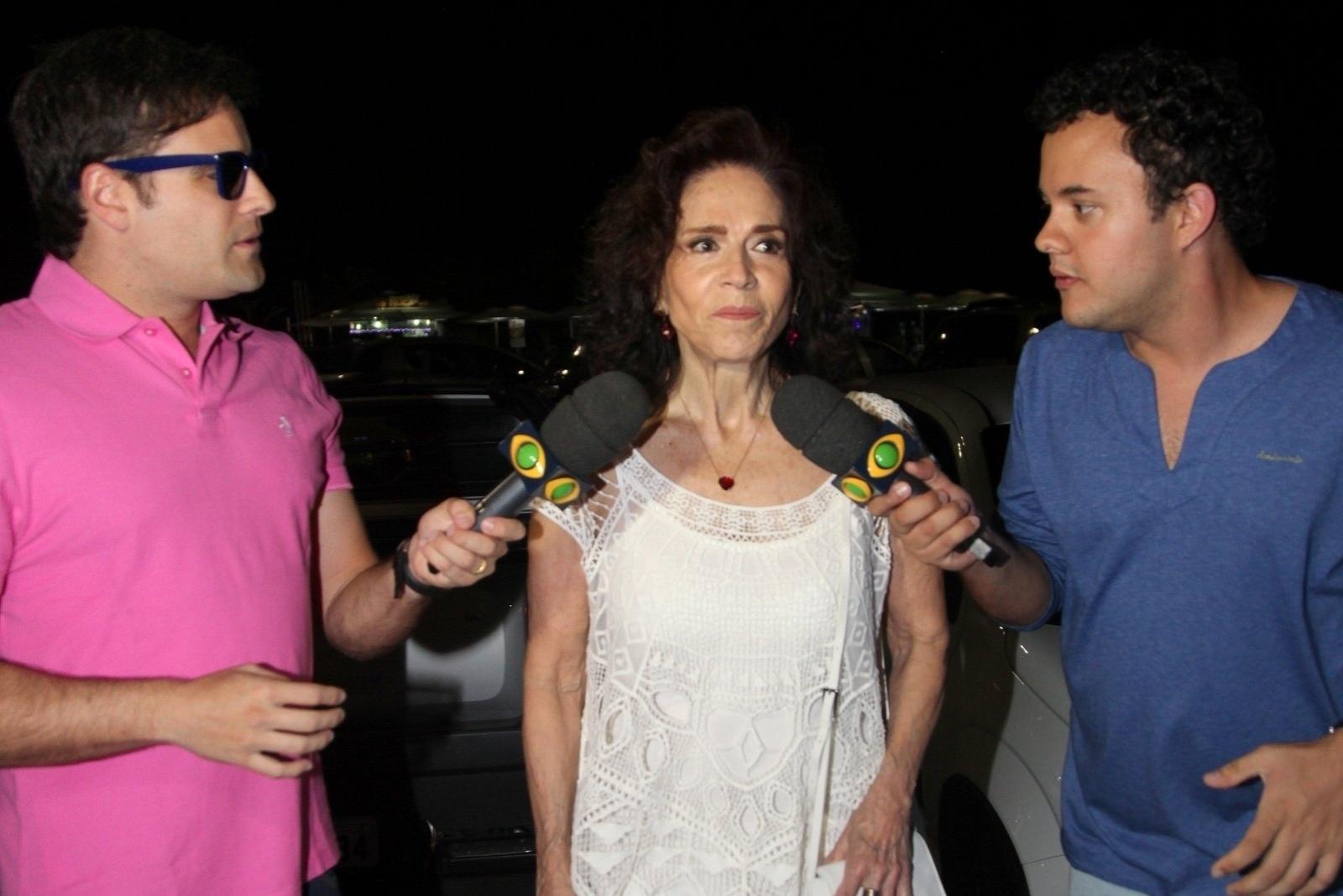 8.dez.2014 - Yoná Magalhães é entrevistada pelos repórteres Vesgo e Gui Santana, do