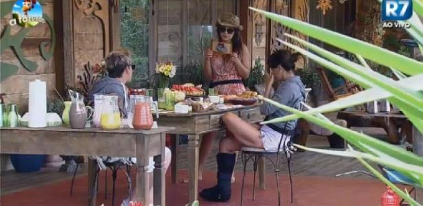 """Babi, DH e Heloísa durante café da manhã em """"A Fazenda 7"""""""