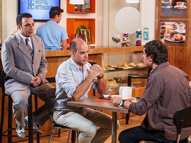 9.dez.2014 - Caíque (Sergio Guizé) briga com o espírito e pessoas acham que ele está louco