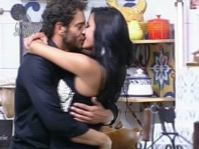 9.dez.2014 - Diego Cristo e Lorena Bueri se beijam durante a festa final de
