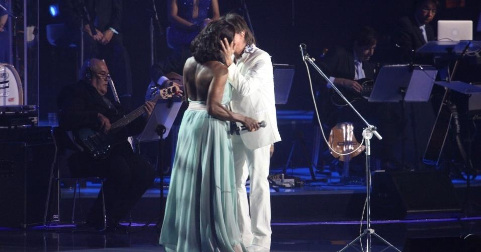 9.dez.2014 - Gloria Maria beija Roberto Carlos Roberto Carlos na gravação do especial de fim de ano no Citibank Hall, no Rio