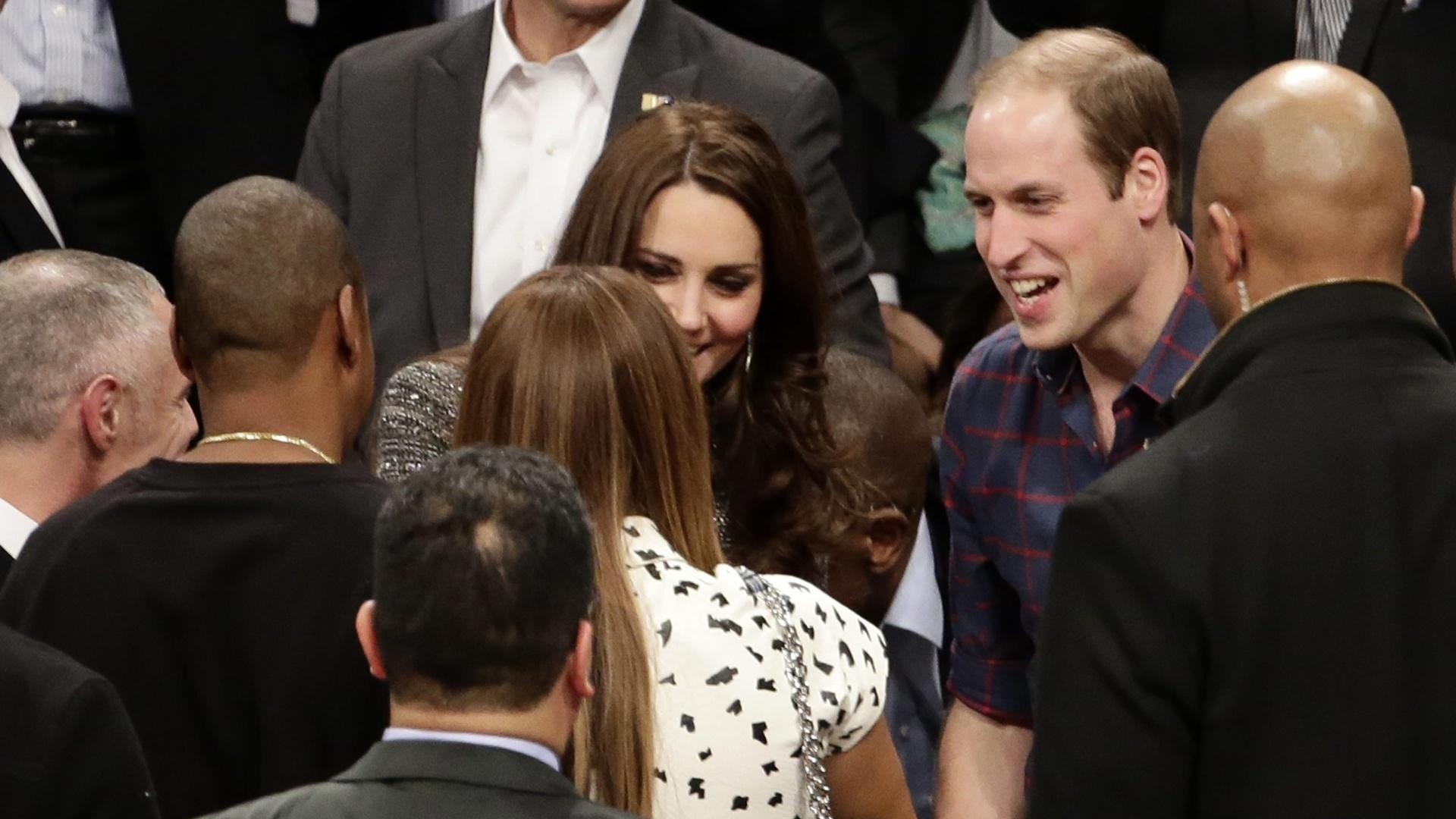 8.dez.2014 - Príncipe William e Kate Middleton assistiram a uma partida de basquete da NBA em Nova York nesta segunda-feira (8). O casal encontrou a realeza do R&B, Beyoncé e Jay-Z e conversaram ainda na quadra