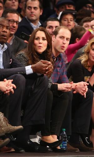 8.dez.2014 - Príncipe William e Kate Middleton assistem a uma partida de basquete da NBA em Nova York, nos Estados Unidos, nesta segunda-feira. O casal parecia bastante animado durante a disputa entre Brooklyn Nets e Cleveland Cavaliers. Eles fizeram algumas caretas acompanhando o jogo