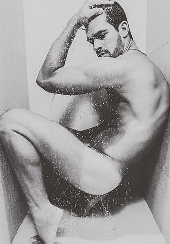 Bruno Miranda, o Borat, sensualiza durante banho / Produção: Ronaldo Robim / Beleza: Thayná Brito