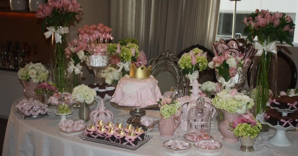 chá de bebê com tema princesa da mini conceitaria | Para conferir um ar delicado a esse chá de bebê, da Mini Conceitaria, a mesa foi composta com peças de porcelana, prata e cristal
