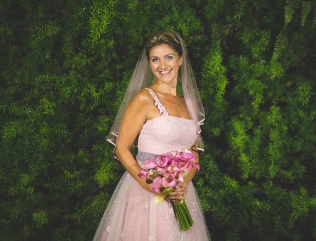 Paula Regina Puhl queria um vestido clássico e delicado, mas que não fosse branco. Resultado: casou-se de rosa claro - Gabi Verfe Fotografia