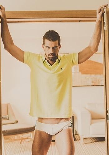 """O Borat de """"Amor & Sexo"""" posa de cueca e camisa amarela"""