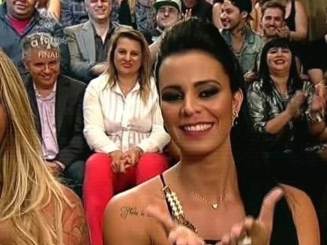 """10.dez.2014 - A Gata do Paulistão Lorena Bueri acompanha a final de """"A Fazenda 7"""", em Itu"""
