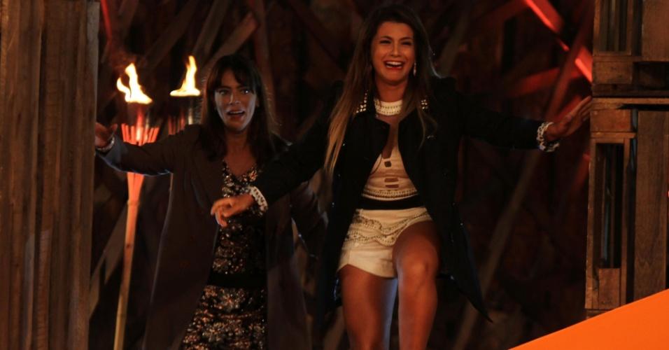 """10.dez.2014 - As finalistas Heloisa Faissol e Babi Rossi reencontram as famílias na final ao vivo de """"A Fazenda 7"""""""