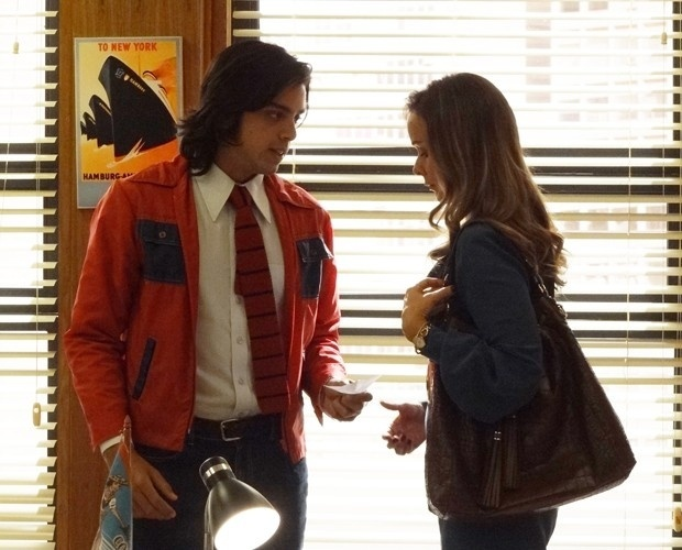 10.dez.2014 - Beto (Rodrigo Simas) e Carlota (Giulia Gam) armam contra a agência de Fernando (Marco Ricca)