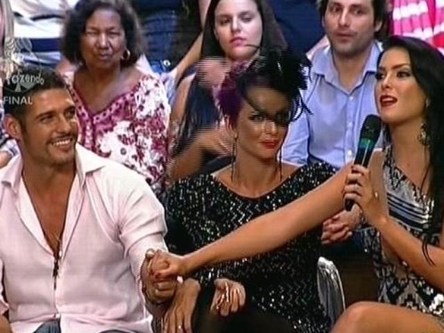 """10.dez.2014 - Débora Lyra faz discurso de amor para Marlos Cruz durante a final de """"A Fazenda 7"""""""