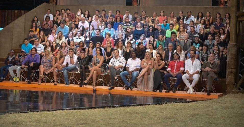 """10.dez.2014 - Eliminados e plateia acompanham a final ao vivo de """"A Fazenda 7"""", em Itu"""