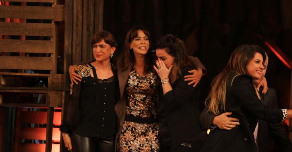 """10.dez.2014 - Finalista, Heloisa Faissol reencontra a família durante a final ao vivo de """"A Fazenda 7"""""""