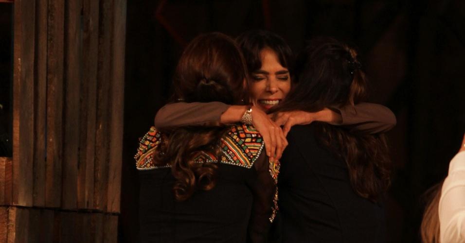 """10.dez.2014 - Finalista, Heloisa Faissol se emociona ao reencontrar a família na final de """"A Fazenda 7"""""""