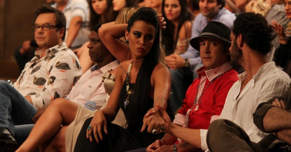 """10.dez.2014 - Lorena Bueri e Diego Cristo trocam carinhos durante a final de """"A Fazenda 7"""""""