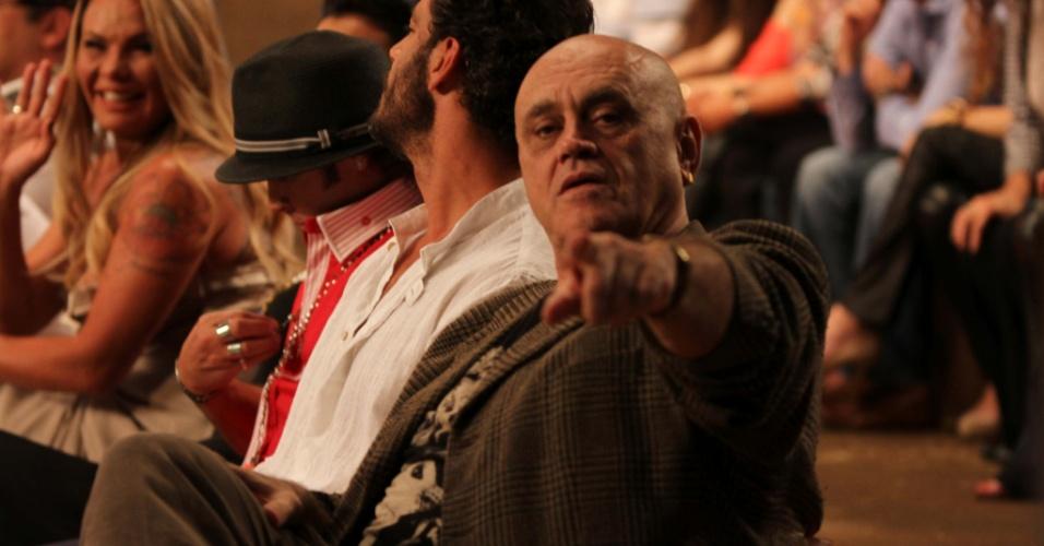 """10.dez.2014 - Primeiro eliminado de """"A Fazenda 7"""", Oscar Maroni acompanha a final do reality show, em Itu"""