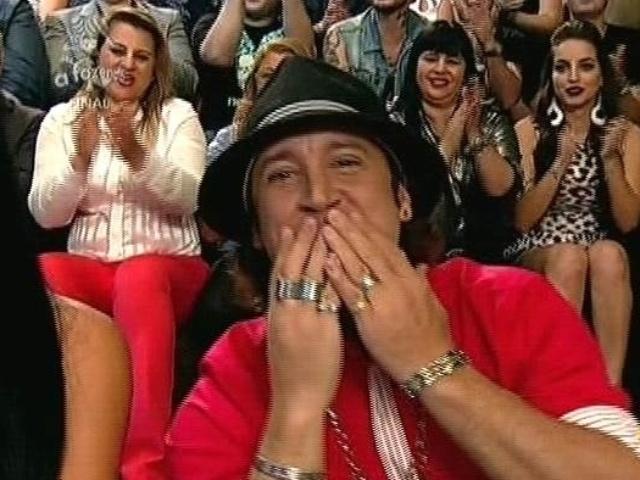 """10,dez.2014 - Roy Rosselló, terceiro eliminado de """"A Fazenda 7"""", acompanha a final do reality show, em Itu"""