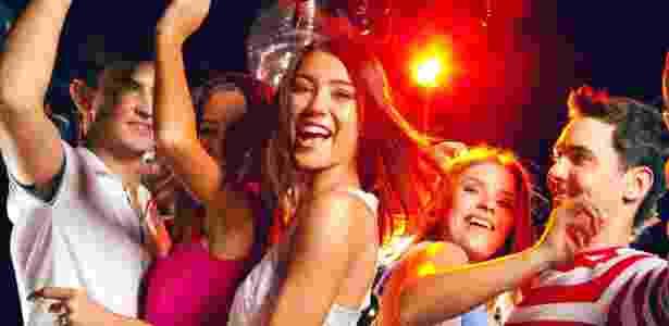 Adolescentes se divertem na pista de dança - Stock - Stock