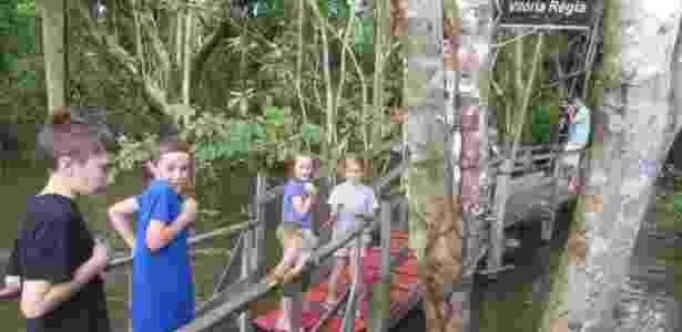 Crianças observam macaco em parque ecológico na Amazônia - Lucas Reis/Folhapress - Lucas Reis/Folhapress