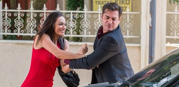 Sueli (Débora Nascimento) enfrenta Marcos (Thiago Lacerda), que quase a atropela