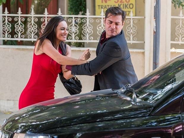 Sueli (Débora Nascimento) e Marcos (Thiago Lacerda) se enfrentam em