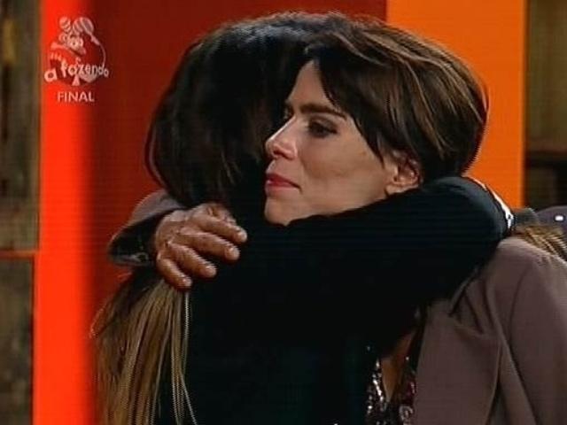 """10.dez.2014 - Heloisa Faissol recebe abraço de Babi Rossi após ser anunciada como terceira colocada em """"A Fazenda 7"""""""