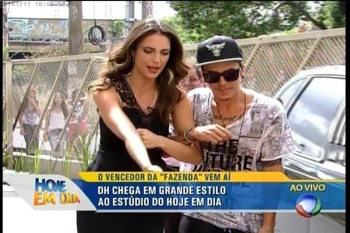 """11.dez.2014 - Chris Flores e DH no """"Hoje em Dia"""""""