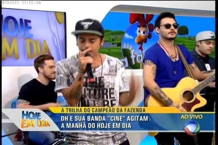 """11.dez.2014 - Com a banda Cine, DH se apresenta no """"Hoje em Dia"""""""
