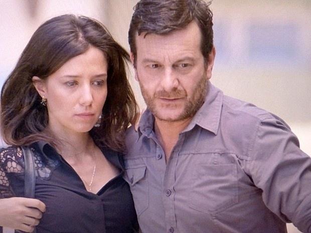 11.dez.2014 - Cora (Marjorie Estiano) desconfiou da presença de Josué (Roberto Birindelli) em seu quarto de hotel