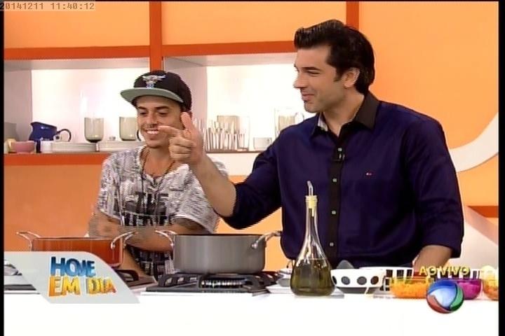 """11.dez.2014 - DH cozinha com Edu Guedes no """"Hoje em Dia"""""""