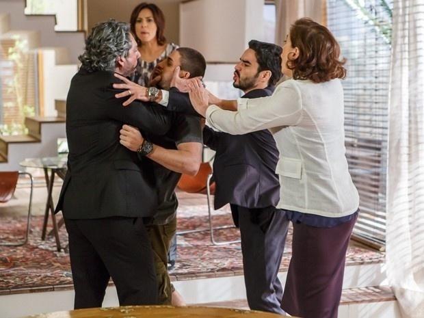 11.dez.2014 - José Alfredo (Alexandre Nero) se exalta e chega a agredir o filho