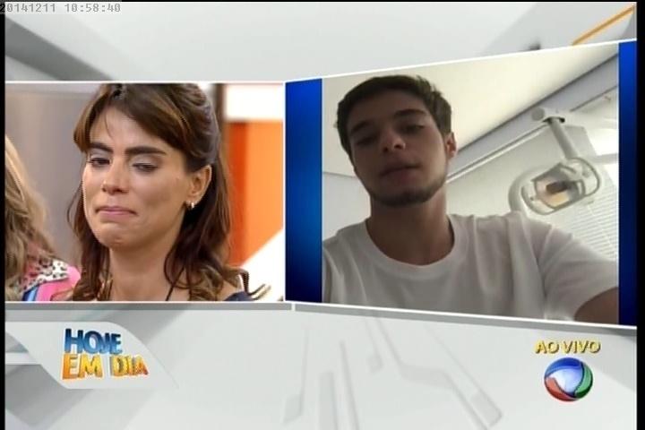 """11.dez.2014- Heloísa assiste mensagem de filho no """"Hoje em Dia"""""""