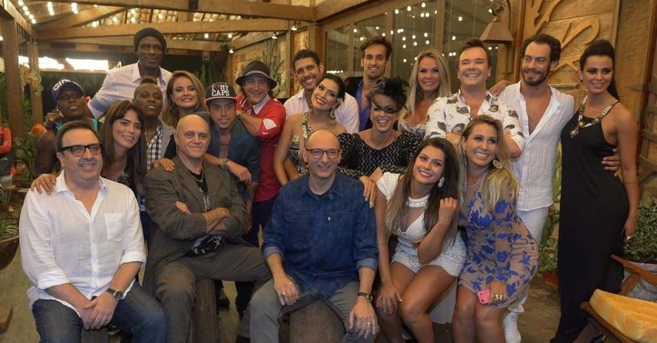 """11.nov.2014 - Após a final de """"A Fazenda 7"""", o diretor Rodrigo Carelli e o apresentador Britto Jr. tira foto com os outros peões"""