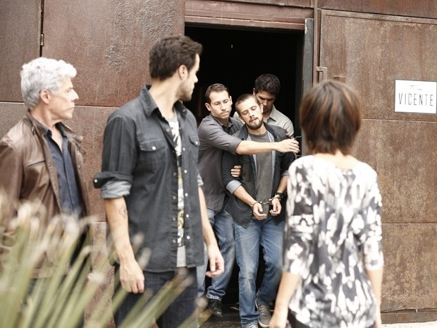 Vicente (Rafael Cardoso) é preso após um blitz no restaurante da Vigilância Sanitária. Enrico (Joaquim Lopes), Maria Clara (Andreia Horta) e Cláudio (José Mayer) assistem a cena sem entender a confusão