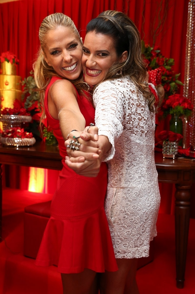 11.dez.2014 - Adriane Galisteu posa com Andréa Guimarães na antecipada de Natal, que aconteceu na noite dessa quinta-feira em um buffet, em São Paulo