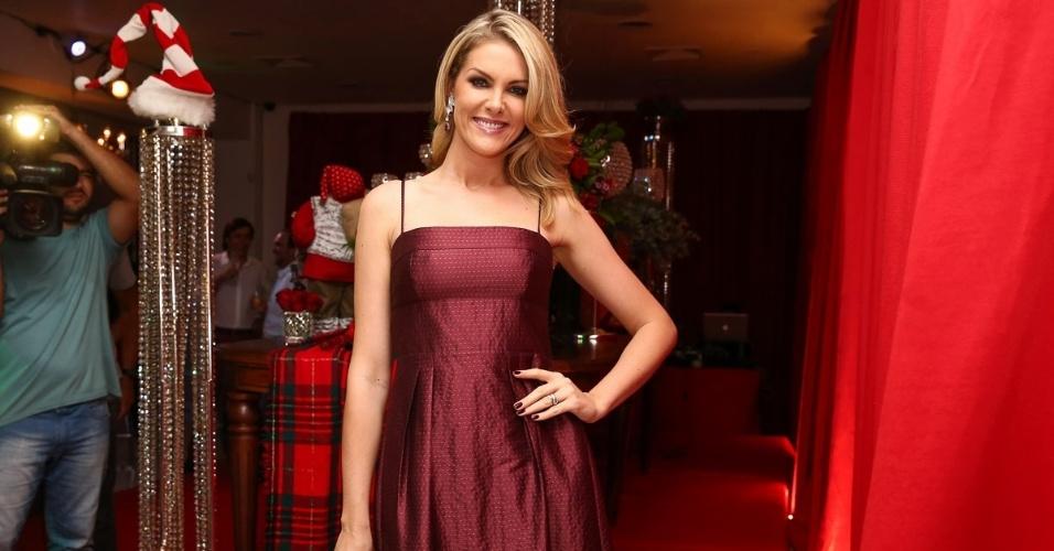 11.dez.2014 - Ana Hickmann chamou a atenção pela boa forma na festa antecipada de Natal da decoradora Andréa Guimarães, que aconteceu na noite dessa quinta-feira em um buffet, em São Paulo