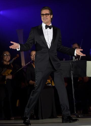 11.dez.2014 - Brad Pitt faz as vezes de apresentador no baile beneficente Diamond Ball. O evento, criado por Rihanna, aconteceu em Beverly Hills, na Califórnia
