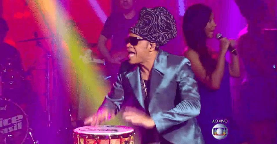 11.dez.2014 - Carlinhos Brown se junta a Luiz Melodia na música