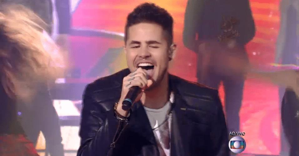 11.dez.2014 - Leandro Buenno canta