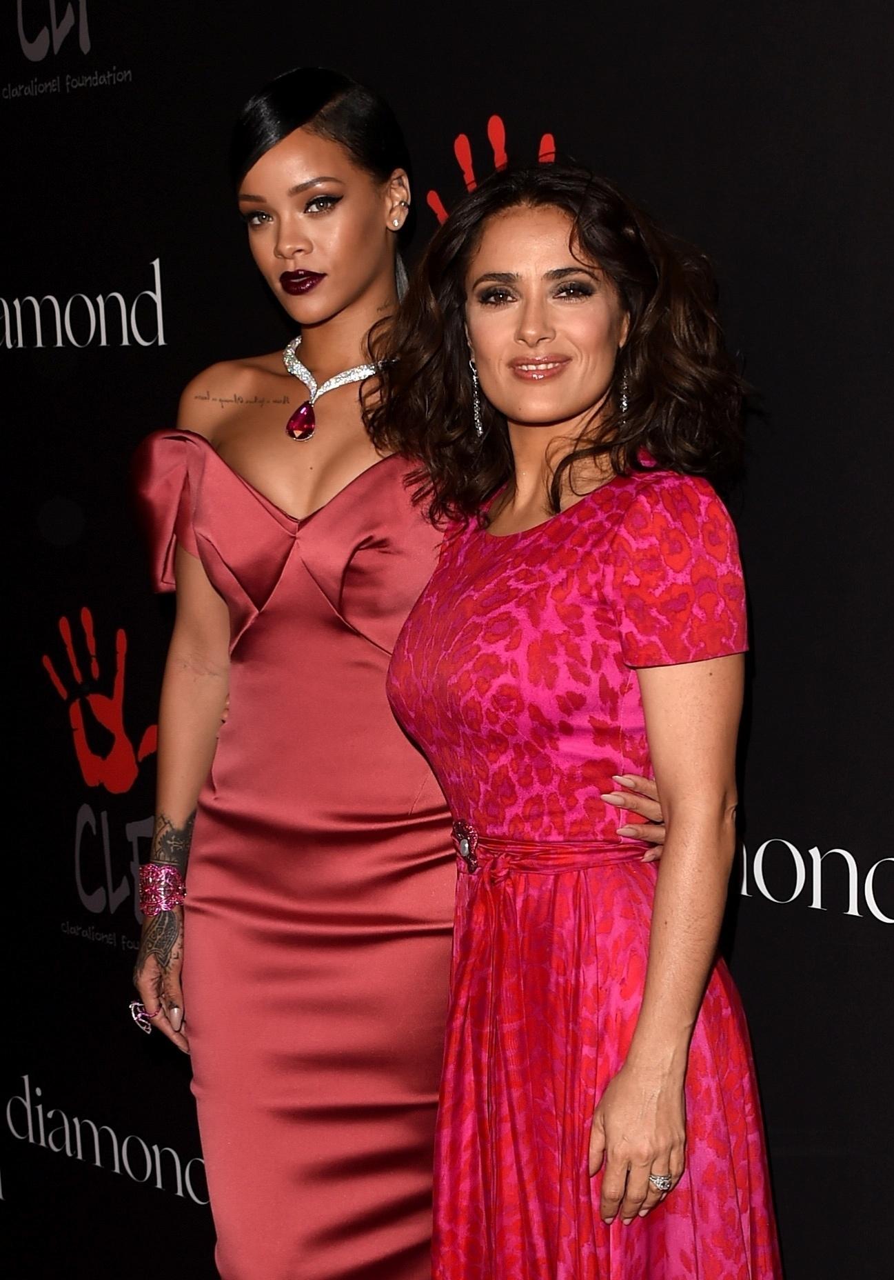 11.dez.2014 - Rihanna e a atriz Salma Hayek posam na chegada do baile beneficente da cantora, o Diamond Ball. O evento aconteceu em Beverly Hills, na Califórnia