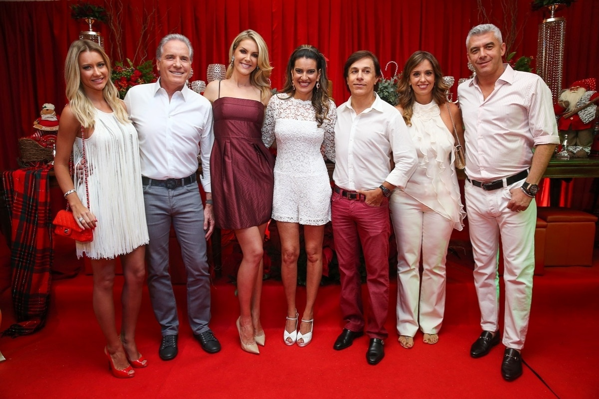 11.dez.2014- Famosos posam com Andrea Guimarães em sua festa antecipada de Natal, que aconteceu na noite dessa quinta-feira em um buffet, em São Paulo
