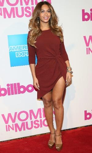 12.dez.2014 - Beyoncé ousa na fenda do vestido e exibe pernas na premiação Billboard Women In Music, em Nova York, nesta sexta-feira (12)