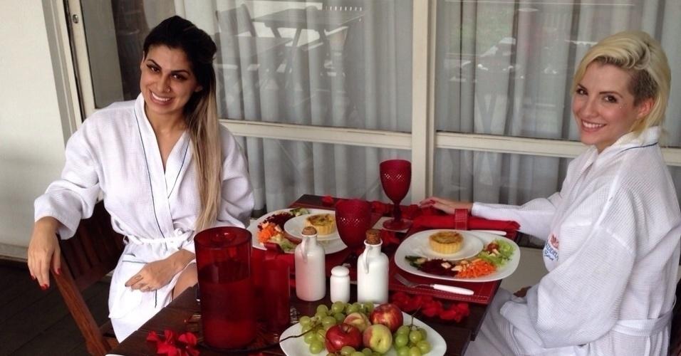 """12.dez.2014 - Campeã e terceira colocada do """"BBB14"""", Vanessa Mesquita e Clara Aguilar passaram o dia juntas em um spa em São Paulo. """"A gente tem muito trabalho, muitos compromissos. Tanto eu quanto ela precisávamos de um dia para nós, para relaxar"""", disse Vanessa, que desde que venceu o programa comprou um restaurante japonês e uma clínica"""