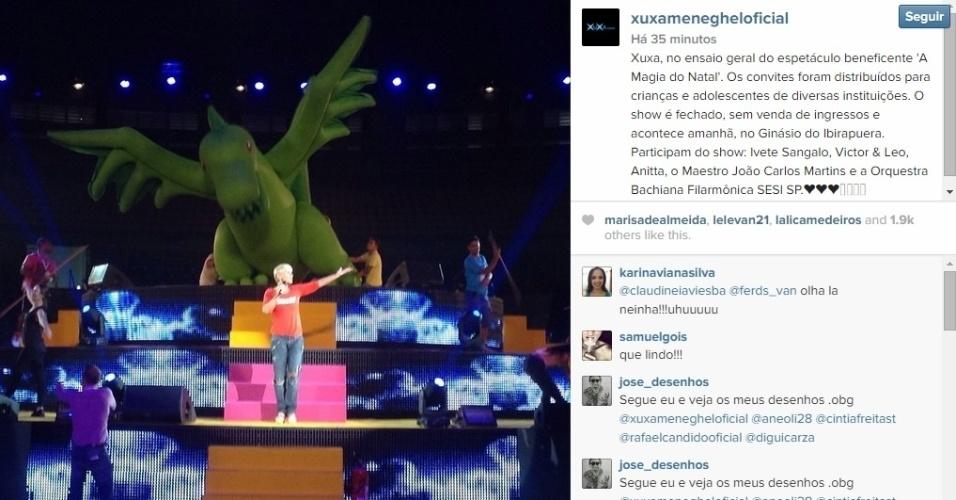 """12.dez.2014 - Xuxa participou do ensaio geral de sua apresentação no espetáculo """"A Magia do Natal"""", nessa sexta-feira chuvosa no ginásio do Ibirapuera, em São Paulo. A cantora se apresenta até com suas famosas paquitas neste sábado (13). O evento celebra a solidariedade e os Direitos das Crianças em uma festa que reúne música, alegria, e encerra as comemorações dos 25 anos da Fundação Xuxa Meneghel"""