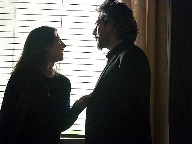Disposta a uma segunda noite de amor com o Comendador, Cora (Marjorie Estiano) procura Zé Alfredo (Alexandre Nero), mas é humilhada por ele em