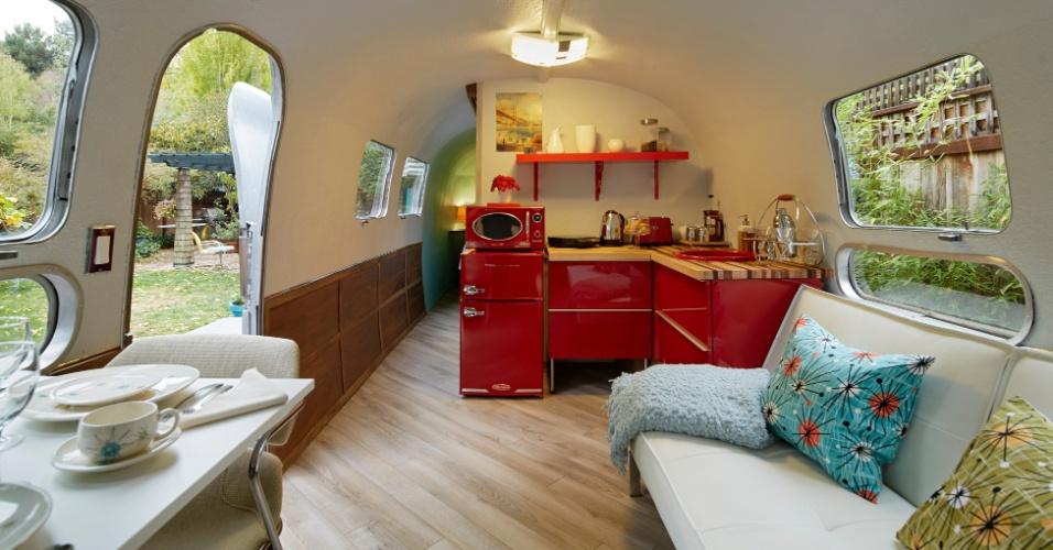 O interior do trailer modelo Airstream (1969) tem paredes curvas que geram a