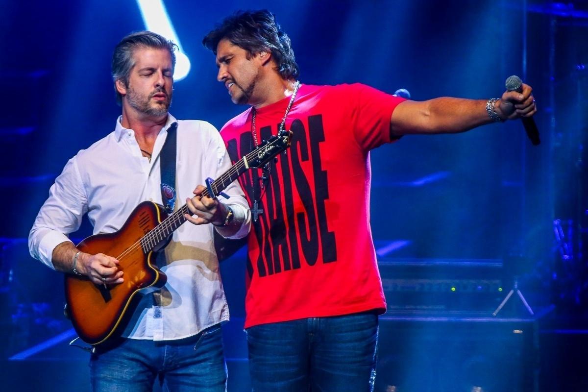 12.dez.2014 - A dupla Victor e Leo cantam seus maiores sucessos no Citibank Hall, na zona sul de São Paulo, na noite desta sexta-feira